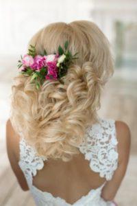 вплетение живых цветов в свадебную прическу