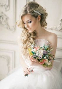 свадебная укладка с заколками стилизованными под жемчуг