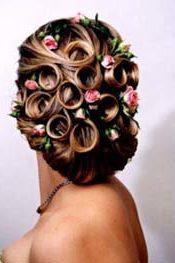 прическа на средние волосы завитые локоны с украшением из живых цветов