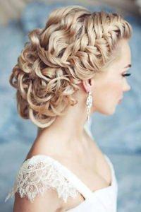 косоплетение по всему диаметру головы украшенное заколками с декоративными цветами вечерняя укладка