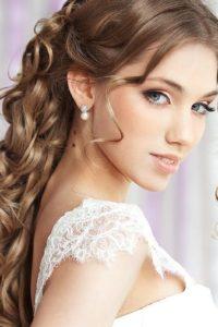 распущенные пряди укладка на длинные волосы в свадебном образе