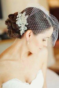 свадебная прическа на волосы средней длины с фатой