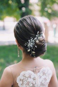 прическа на выпускной выполненная на волосы средней длины