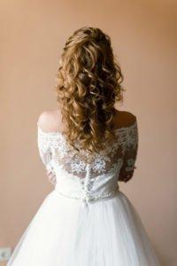 прическа на свадьбу в европейском стиле нисподающие локоны