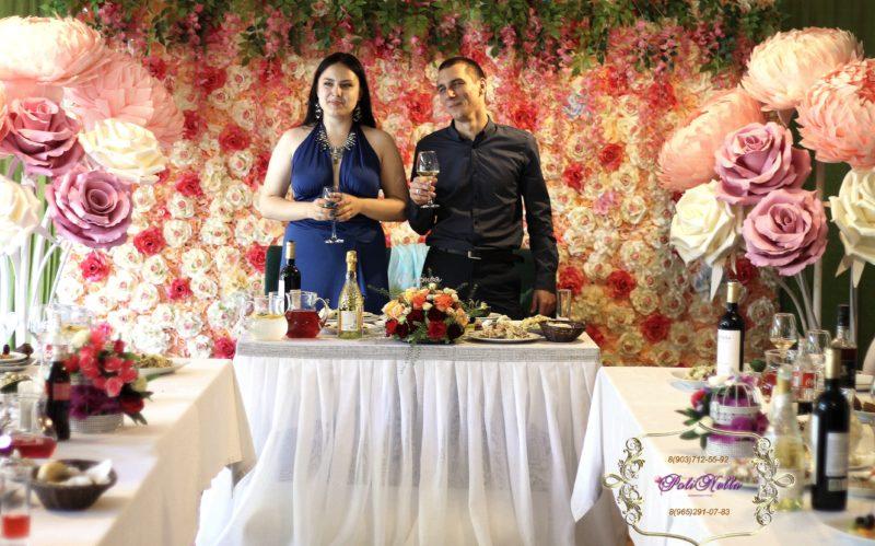 Цветочная стена в оформлении свадебного зала