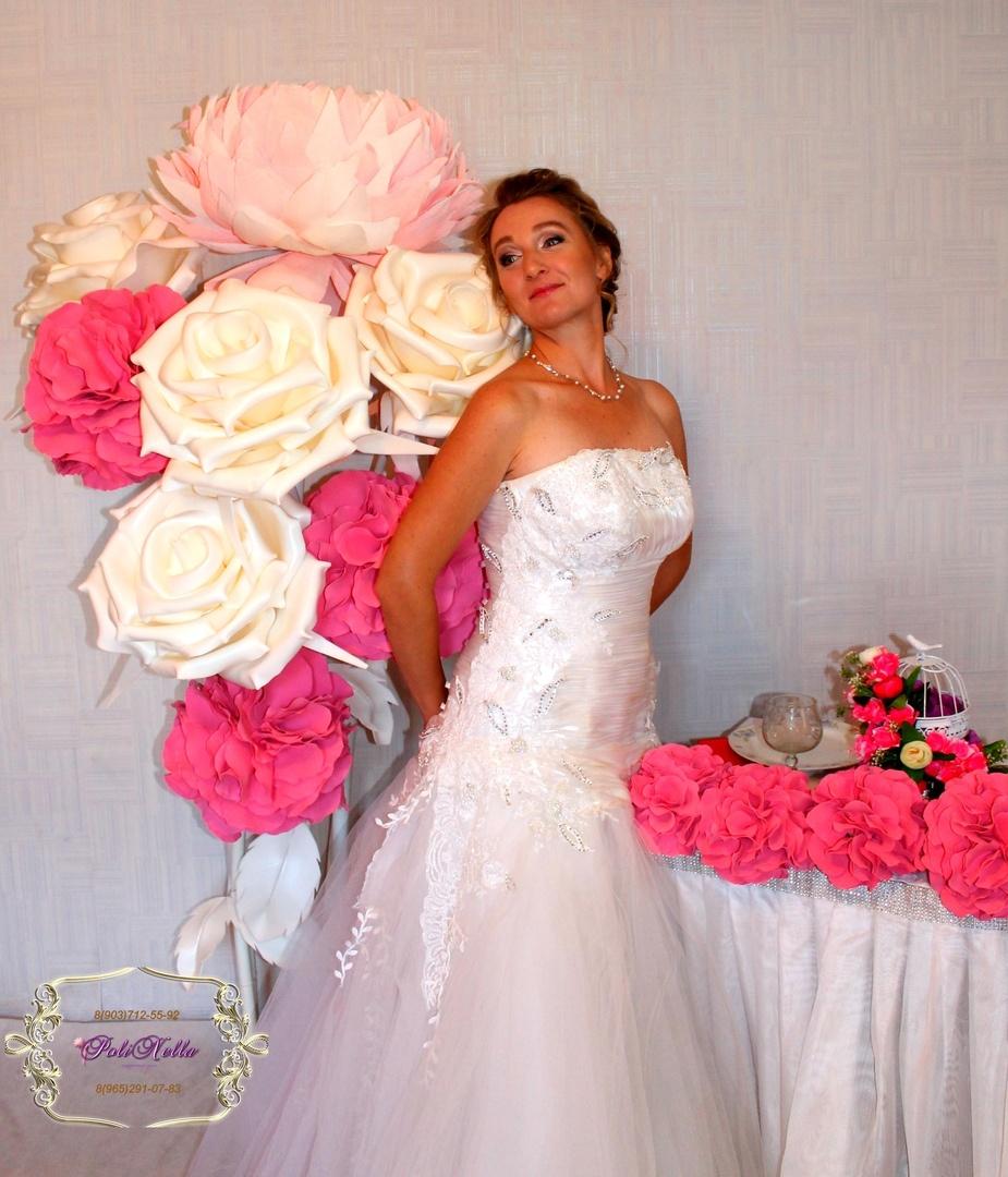 Украшение зала на свадьбу гигантскими цветами