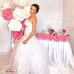 Украшение большими цветами зала на свадьбу
