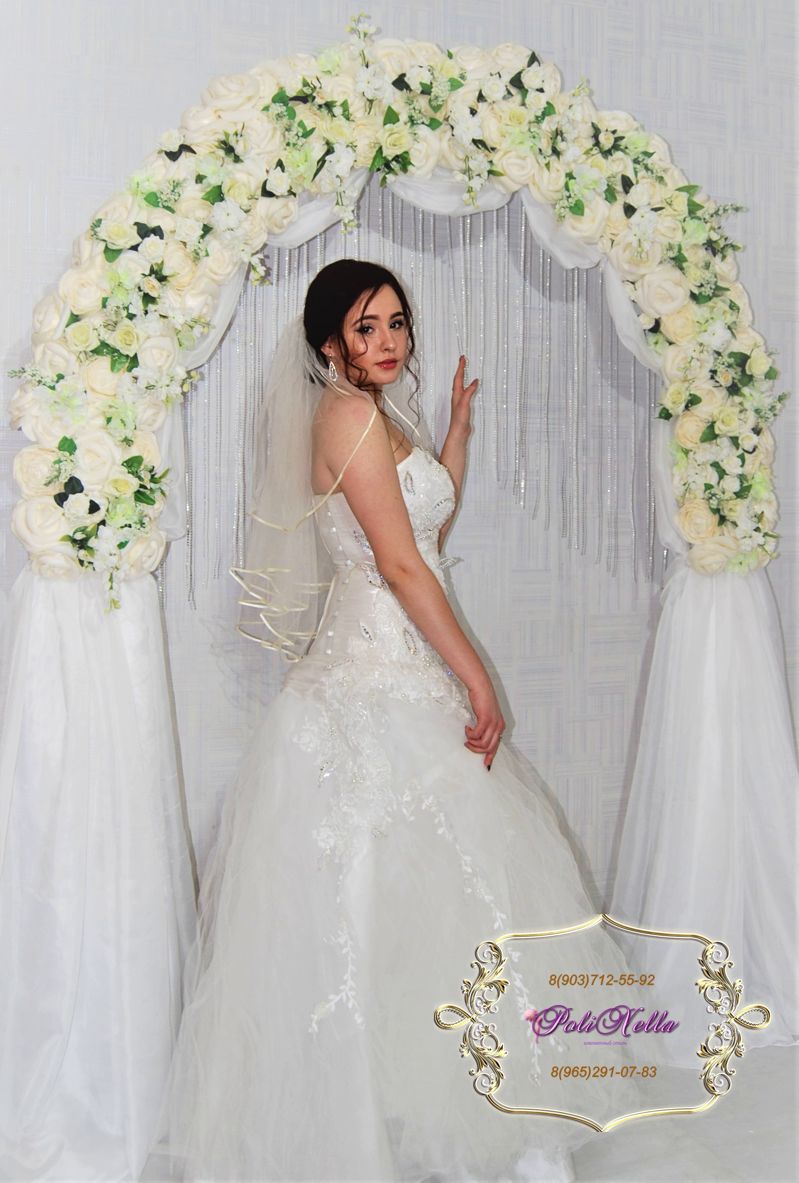 Фотозона арка украшенная гигантскими цветами