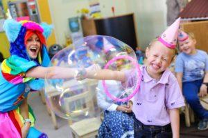 огромные мыльные пузыри на детском шоу