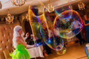 мыльный пузырь ростом с человека на празднике в москве
