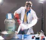 аниматор на день рождении дома в костюме профессора ловко замораживает фрукты