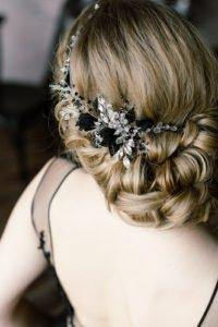 свадебная прическа низкий пучок украшенный нитью с полудрагоценными камнями