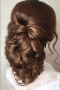 прическа на выпускной на длинные волосы собранные в низкий пучок