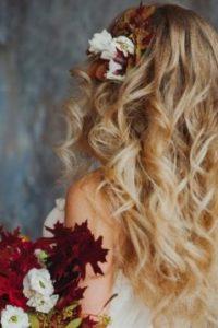 завитые локоны нисподающие в свадебной укладке