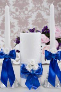 свадебные свечи декор синей атласной лентой