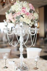 высокая ваза в свадебном украшении зала