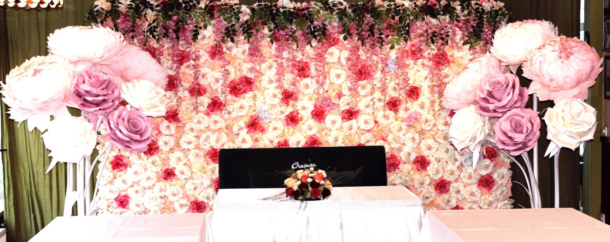 Свадебный зал фотозона в бело-розовом цвете