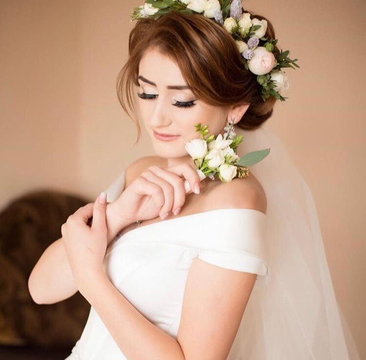 Свадебная прическа с венком из живых цветов