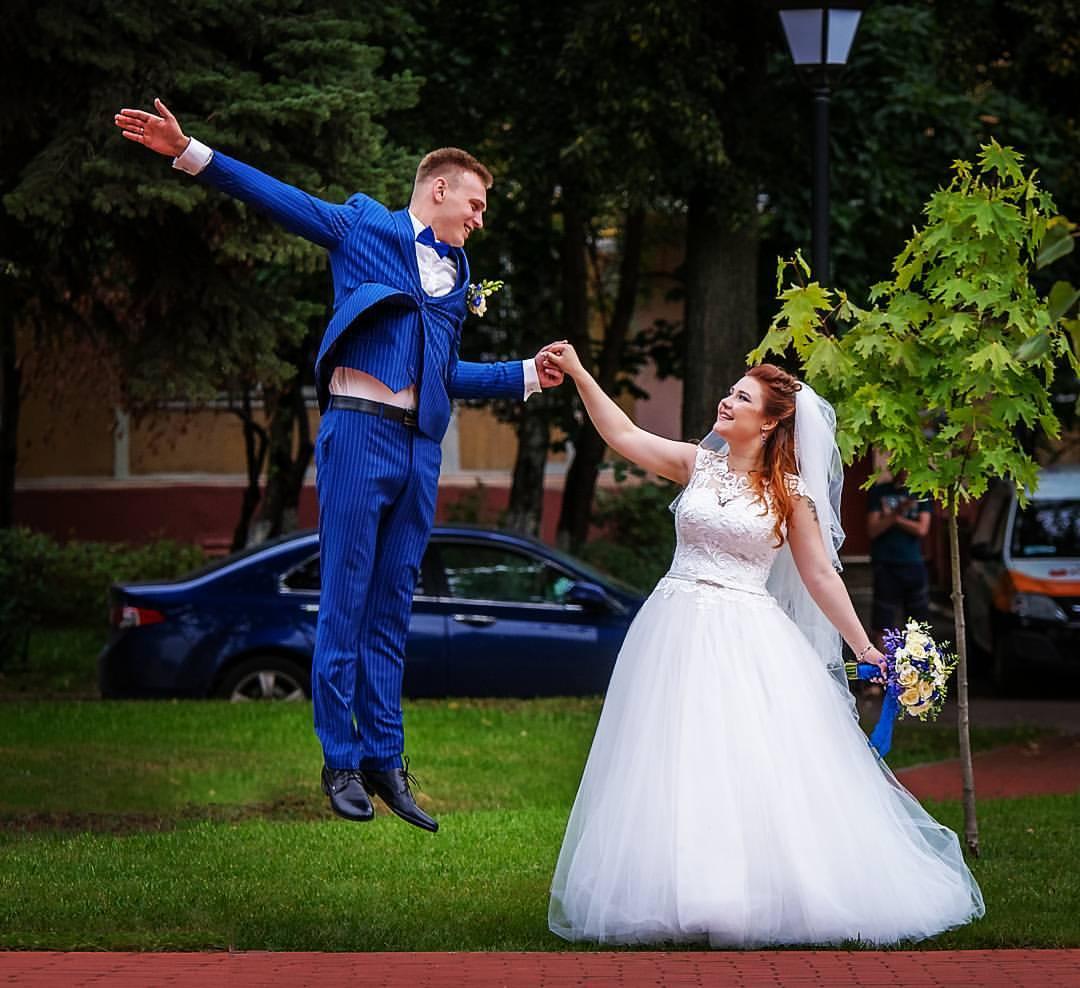 Свадебная фотография прогулки жениха и невесты